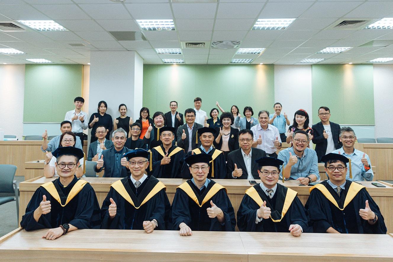政大商學院DBA首屆畢業典禮,蔡維奇院長勉勵畢業生成為國家社會和產業發展一股強大的力量。